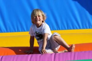 petit garcon sautant dans un chateau gonflable
